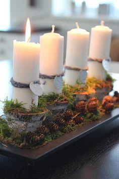 kerst-advents stuk - kopjes met kaars op dienblad met mos, takjes en dennenappels