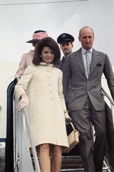 Jackie Kennedy Onassis' Iconic Style, From Her Teen Days To Her Final Years Jacqueline Kennedy Onassis, John Kennedy, Estilo Jackie Kennedy, Les Kennedy, Jaqueline Kennedy, Caroline Kennedy, Jackie Oh, Paris Outfits, Christian Dior
