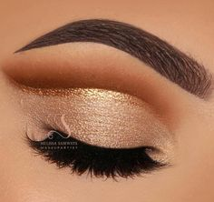 Classic Champagne Cut Crease Gold Glitter - Hair and Beauty eye makeup Ideas To Try - Nail Art Design Ideas Prom Makeup For Brown Eyes, Glitter Eye Makeup, Gold Makeup, Eye Makeup Tips, Smokey Eye Makeup, Shimmer Eyeshadow, Makeup For Gold Dress, Makeup Ideas, Dress Makeup