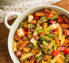 En plus de plaire aux enfants, cette salade de pâtes est idéale pour la boîte à lunch. Elle est si exaltante que vous voudrez enfiler une jupe hawaïenne et danser de joie. Astuces  Couronnez ce plat de crevettes grillées pour augmenter l'apport en protéines, si désiré. Vous trouverez la rouelle de jambon dans le comptoir des viandes froides ou des aliments prêts à consommer.
