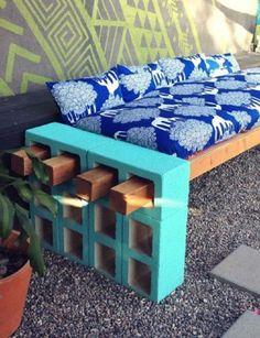 """Solo necesitas: Bloques de construcción (4 bloques) pintados en su color favorito. Vigas de madera. Cojines para decorar. Cemento (si desea dejar el mueble fijo) Simplemente se trata de pasar las vigas de madera a través de los agujeros de los bloques. Una vez se pasan, simplemente se procede a colocar los cojines decorativos a juego con la decoración de su jardín. Si desea dejar fijo el mueble, aplique a la parte de las """"patas"""" (bloques de construcción) un poco de cemento para fijar al…"""