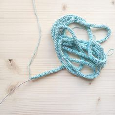 DIY - Le tuto prénom tricotin et toutes les astuces pour faire un joli mot en tricotin - Rock and Paper Crochet Motifs, Crochet Patterns, Diy And Crafts, Crochet Necklace, Creations, Deco, Pom Poms, Embellishments, Craft