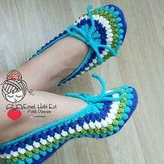 Pin by Sherrey McGowan on Crochet: Slippers Crochet Slipper Boots, Crochet Slipper Pattern, Crochet Sandals, Knitted Booties, Knitted Slippers, Crochet Baby Booties, Crochet Slippers, Crochet Patterns, Crochet Crafts