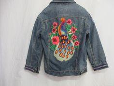 Jeansjacke von Levi Jacke bestickt Distressed Vintage Denim Jean Jacket Pfau OOAK Boho Jean Jacket von BelindasStyleShop auf Etsy https://www.etsy.com/de/listing/256101378/jeansjacke-von-levi-jacke-bestickt