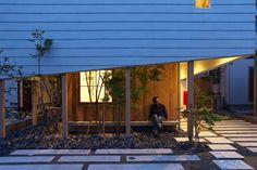 #2015住宅環境設計賞 在日本新潟市給一家四口居住的小房子,在房子外圍種植綠樹,內外層次的做法讓生活空間跟綠意連結,還有利用長長走道設計的大面書櫃,讓喜歡閱讀的屋主彷彿身處圖書館一樣。 via 東海林健建築設計事務所