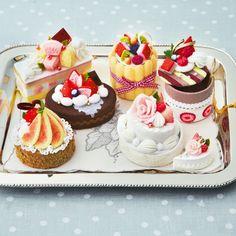 クリックすると大きな画像を見ていただけます 今日はフェリシモさんでデザインを担当... Miniature Crafts, Miniature Food, Polymer Clay Cupcake, Felt Flowers Patterns, Mini Pastries, Felt Cake, Felt Play Food, Felt Crafts Diy, Tiny Food