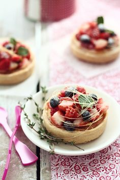 assorted fruit tartlets with sun sugar Sweet Pastries, French Pastries, Love Eat, Love Food, Mini Desserts, Dessert Recipes, Quiche, Baking And Pastry, Sweet Tarts