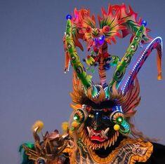 Fiesta de la Tirana en Chile 🇨🇱 Un pueblo en medio del desierto de Atacama se llena de colores, bailes, procesiones y cofradías. Es la famosa fiesta de La Tirana, donde se… Yma Sumac, Chile, Native Art, Nativity, Lion Sculpture, Presents, Statue, Bolivia, Instagram