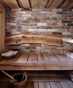 A beautiful sauna! Leveät leppälauteet, esiin kaivettu tiiliseinä sekä selkänojana yksi lauta. Kuva: Martti Järvinen / Glorian Koti