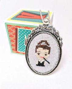 Collar de Audrey Hepburn cruz puntada collar bordado joyería joyería de Holly…