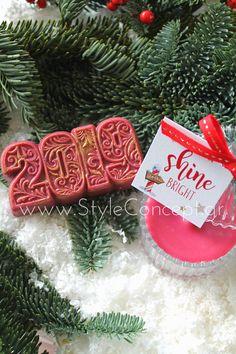 #2019 #xmas #xmasgift #gift #candle #giftset Σετ με αρωματικό σαπούνι 2019 σε μπορντώ και χρυσές λεπτομέρειες & αρωματικό κερί σε γυάλινη vintage μπιζουτιέρα και καρτελάκι Shine Bright. Christmas Ornaments, Holiday Decor, Desserts, Vintage, Home Decor, Tailgate Desserts, Deserts, Decoration Home, Room Decor