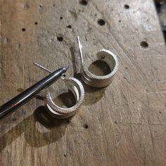ピアスのロウ付け後ですが熱で柔らかくなってしまう銀のポスト  着脱時にすぐ曲がってしまわないように超硬ヘラで擦り付けて地金を締めて硬くしてから出荷しております  #coinjewelry #earrings #silvercoin #silversmith #dime #tungsten #silver