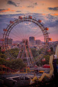 Am Wiener Prater können Sie mit einem Riesenrad Wien überblicken.