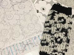 Unikko-kuosi neuleessa – Diyprojects_finnish Marimekko, Diy Projects To Try, Mittens, Lace Shorts, Knit Crochet, Diy And Crafts, Knitting Patterns, Socks, Crafty