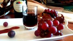 Cari lettori, oggi vi lascio una ricetta antica calabrese: il vino cotto! Il vino cotto non è altro che il mosto che si ottiene dopo la vendemmia, il quale