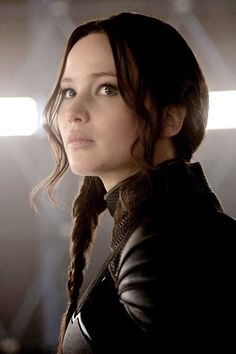The Mockingjay. hunger games catching fire Katniss Everdeen the girl on fire thg Katniss Everdeen, Katniss And Peeta, Hunger Games La Révolte, Hunger Games Catching Fire, Hunger Games Trilogy, Suzanne Collins, Jennifer Lawrence, Juegos Del Ambre, Tribute Von Panem Film