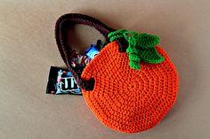 Visto aquí: http://zoomyummy.com/2011/10/02/new-pattern-crochet-pumpkin-bag/