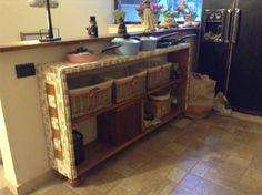 Mobile in legno decorato esternamente con mosaico di tesserine in ceramica faidate
