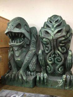 """Esculturas de Dagón y Cthulhu, diseñadas por David Helfrey y esculpidas por Amber Arpin. De la página de Facebook """"H.P. Lovecraft"""", https://www.facebook.com/tomslovecraftpage?fref=photo"""