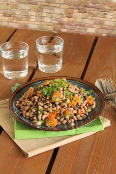 Σαλάτα με μαυρομάτικα φασόλια, καραμελωμένα καρότα και ντρέσινγκ μουστάρδας