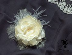 Die Blüte meiner LieblingsDiva als Fascinator für die Braut!!!!  Zart & sehr elegant. Eine opulente Blüte ins Haar - wunderschön im Dutt oder offen...  Billies auf DAWANDA !