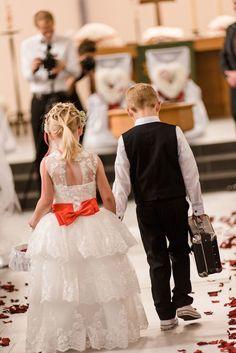 Blumenmädchen und -junge bringen die Ringe zum Altar bei der Hochzeit in der Kirche. Foto: http://weddings.lauramoellemann.de