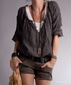 Cute little boho outfit! I love how this top is layered over a tank, and I really love the long pendant necklace and multistrand bracelets that pull the whole boho-casual look together. Style Désinvolte Chic, Style Casual, Mode Style, Casual Chic, Style Me, Casual Styles, Black Style, Look Boho, Bohemian Style