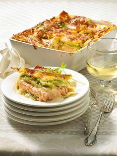Lasagne ist die Königin der Pasta, eine Glückseligkeit in Schichten und ein köstlicher Käsegenuss, vereint mit einer leckeren Füllung aus Tomate und Fleisch.