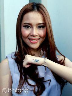 Sempat dikira inisial untuk 'Rere Charly', Rere Regina mengaku tato berinisialkan RC di telapak tangan sebelah kirinya adalah untuk 'Reginatic' yaitu sebutan untuk para fans. #Selebritis #RereRegina #Bintang #Indonesia