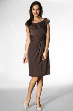 Feminines Kleid von Laurcl Laurcl - die Premiummarke für die anspruchsvolle und selbstbewusste Frau. Die Kleidung präsentiert sich feminin, zeitgemäß und vor allem hochwertig. Kleine Details runden jedes Teil gekonnt ab, klare Schnitte und Farbe setzen Akzente. Schlichte Eleganz für besondere Anlässe! Der Schnitt mit raffinierten Faltendrapés wirkt wunderbar feminin und kommt in dem matt schimmernden Taft besonders schön zur Geltung. Schnitt: Kleid mit flachem, rundem Ausschnitt und extra…