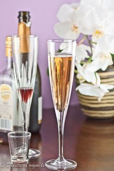 This delicious kir royale cocktail combines champagne and the delicious berry taste of creme de cassis. It's the perfect drink to kick off a dinner party! Easy Drink Recipes, Best Cocktail Recipes, Recipes Dinner, Champagne Cocktail, Sparkling Wine, Fun Drinks, Yummy Drinks, Beverages, Kir Royale Recipe