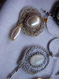 pingentes em crochê endurecido com peças em resina