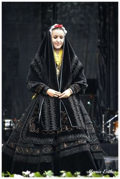 Traje gallego. Outfits For Spain, Spain Culture, Folk Clothing, Native Style, Folk Costume, Vintage Pictures, Funny Pictures, Ethnic Fashion, Traditional Dresses