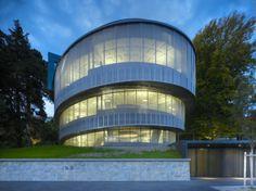 Edificio Cocoon (El capullo) frente al lago Zurich - by Arquitectos Camenzind Evolution [02]  // Una pantalla de acoplamiento de acero inoxidable envuelve el edificio como un velo que crea un sentido modesto de la elegancia y del aislamiento al mismo tiempo que crea una identidad distintiva.