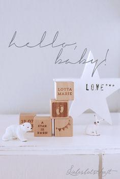 bei www.avie-art.de gibt's hübsche Holzwürfel mit einzelnen Buchstaben oder auch ganzen Namen drauf graviert - sehr nette Idee zur Geburt