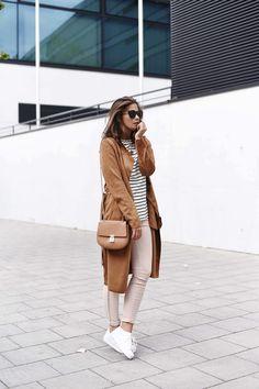 Nina Schwichtenberg trägt in ihrem Herbstlook ein schwarz/weiß gestreiftes Shirt und kombiniert dazu Brauntöne in Form von Wildledermantel, Jeans und Tasche sowie weiße Adidas Superstars. Mehr auf www.fashiioncarpet.com