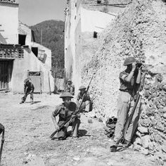 patrol of the 2/7th Queen's Regiment enters the village of Pugliano, 18-19 September 1943.