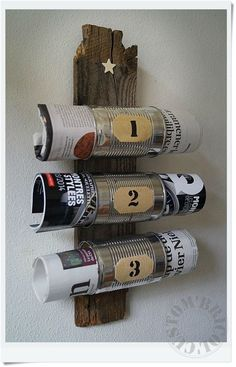 Hermoso revistero a partir de unas latas de conservas y una vieja madera recuperada:
