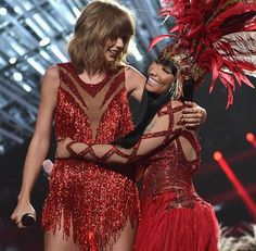 Taylor Swift and Nicki Minaj hugging at the VMAS 8/30/15