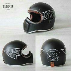 Motorcycle Helmet Design, Motorbike Design, Motorcycle Helmets, Bicycle Helmet, Vintage Helmet, Moto Cafe, Helmet Paint, Cafe Racing, Custom Helmets
