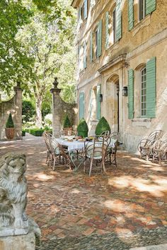 Rustic and elegant: Provençal home, European farmhouse, French farmhouse, and French country design inspiration from Chateau Mireille. Photo: Haven In. South of France century Provence Villa luxury vacation rental near St-Rémy-de-Provence. French Country House, French Farmhouse, French Country Gardens, Rustic French, Country Houses, French Cottage, Italian Cottage, Italian Houses, Farmhouse Garden