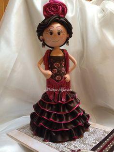 Fofucha andaluza con traje de flamenca, peina y flor.