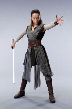 15 Pop-Culture Costumes You'll Want to Wear this Halloween Rey. Star Wars: The Last Jedi may not come out till December, but you don't have to wait till next Halloween to cosplay her new look. Love the new hair, Rey! Star Wars Sith, Star Wars Anakin, Star Wars Stormtrooper, Star Wars Dark, Star Wars Mädchen, Star Wars Girls, Darth Vader, Traje Jedi, Costume Jedi