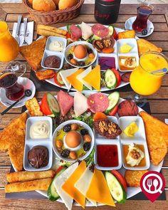 Food And Drink Breakfast - Recipes Breakfast Presentation, Food Presentation, Breakfast Buffet, Breakfast Recipes, Breakfast Ideas, Istanbul Food, Breakfast Around The World, Turkish Breakfast, Pizzeria