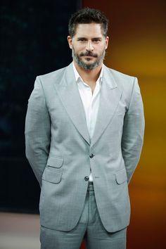 oe Manganiello El actor visitó 'The Morning Show' en Canadá. Traje gris de solapa ancha, color muy correcto para la mañana, y a grabar.