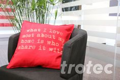 Personalize a cushion with an individual laserengraving - Free DIY instructions with recommended laser parameters for your Trotec laser. Trotec Laser, Bed Pillows, Cushions, Textiles, Laser Engraving, Personalized Gifts, Arts And Crafts, Projects, Diy