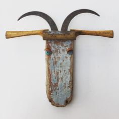 No photo description available. Found Object Art, Found Art, Assemblage Kunst, Metal Art Projects, Deco Nature, Art Populaire, Scrap Metal Art, Driftwood Crafts, Wooden Art