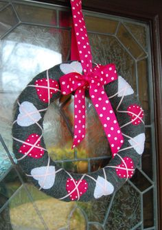 Beautiful Valentines Day Wreath Decor Ideas - TRENDUHOME - The little thins - Event planning, Personal celebration, Hosting occasions Valentine Day Wreaths, Valentines Day Decorations, Valentine Day Crafts, Holiday Wreaths, Happy Valentines Day, Holiday Crafts, Holiday Fun, Winter Wreaths, Valentine Ideas