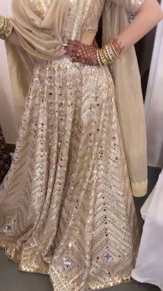 Bridal Mehndi Dresses, Party Wear Indian Dresses, Designer Party Wear Dresses, Indian Bridal Lehenga, Indian Gowns Dresses, Indian Bridal Outfits, Indian Bridal Fashion, Kurti Designs Party Wear, Indian Fashion Dresses