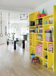 GEEL >> Gele wandkast in de huiskamer